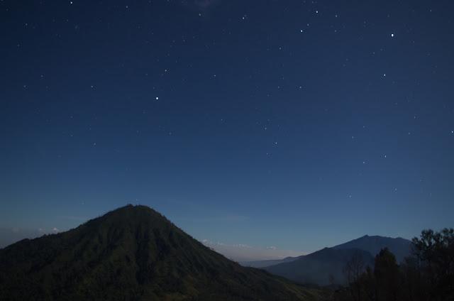 Pemandangan Gunung Raung dan Gunung Merapi dari Kawah Ijen