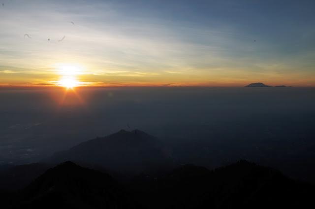 Pemandangan matahari terbit dari puncak Gunung Telomoyo