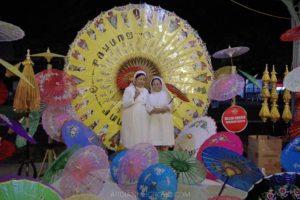 pengunjung festival payung indonesia